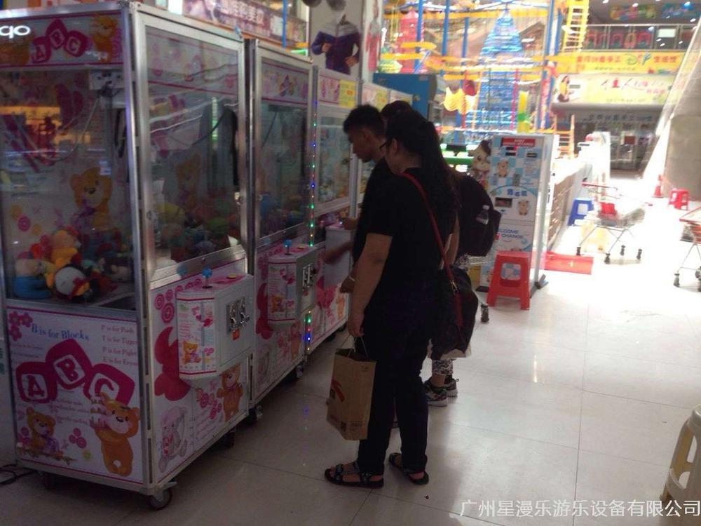 禮品娃娃機區:三三兩兩的小情侶們,表達愛意,就送他一個夾來的娃娃吧!!